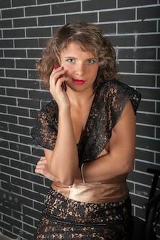 Curly girl met een mobiele telefoon