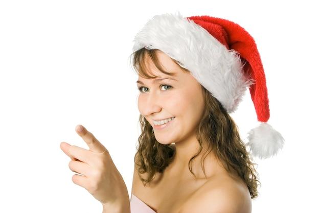 Curly-headed schoonheid vrouw in rode kerstmuts geïsoleerd op witte achtergrond