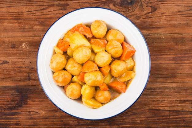 Curry aardappel wortel vis bal