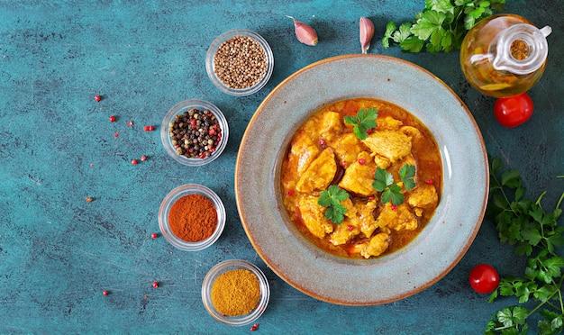 Curry met kip en uien. indiaans eten. aziatische keuken. bovenaanzicht
