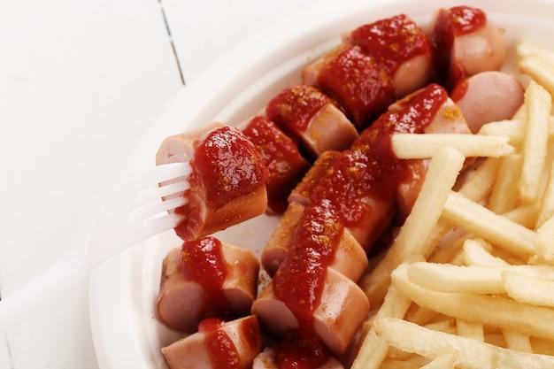Curryworst met saus en frietjes