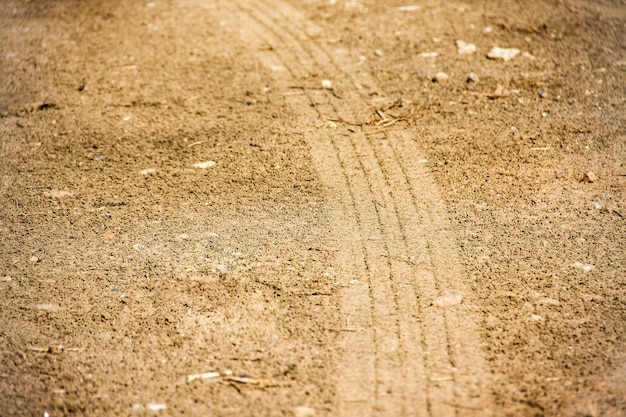 Curve bandensporen op de grond