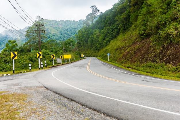 Curve verkeersborden op heuvelafwaarts. veel waarschuwingsbord dat voor veiligheid aangeeft
