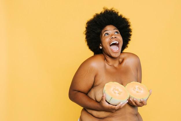 Curvy african american vrouw met meloenen