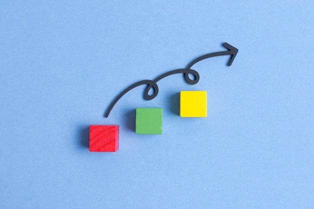 Curvylijn die op kleurrijke kubussen springt