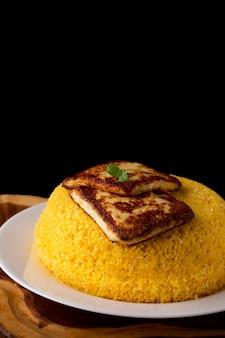 Cuscuz met kaas, typisch noordoostelijk voedsel op een witte plaat