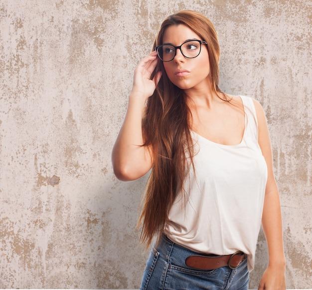 Cute brunette draagt een bril.