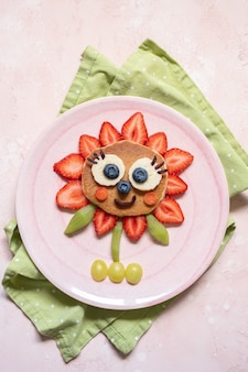 Cute flower pancake met bessen voor kinderontbijt