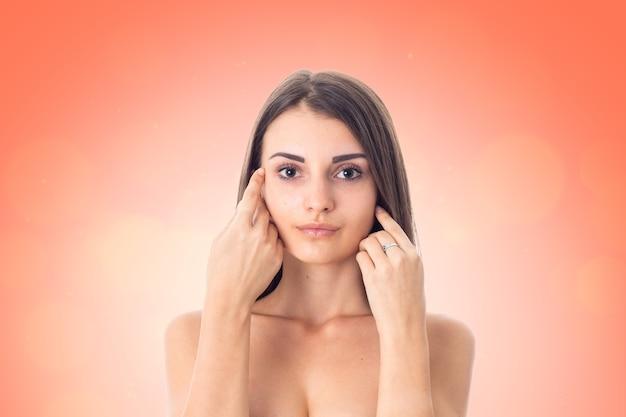 Cutie meisje zorgt voor haar huid geïsoleerd op een witte achtergrond. gezondheidszorgconcept. lichaamsverzorgingsconcept. jonge vrouw met een gezonde huid.