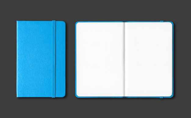 Cyaan blauw gesloten en open notebooks geïsoleerd op zwart