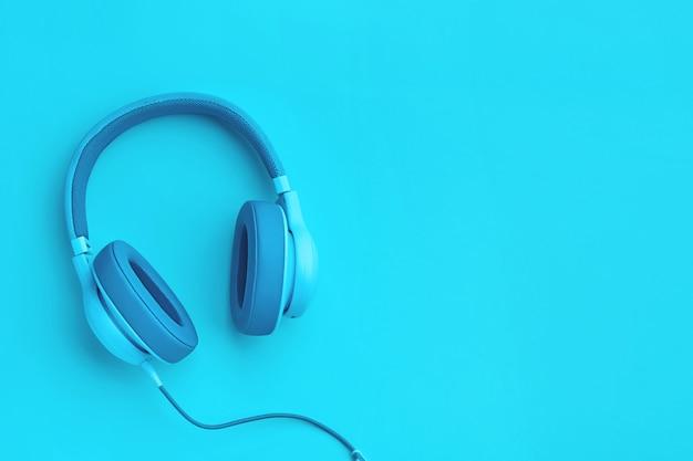 Cyaan blauwe koptelefoon met copyspace