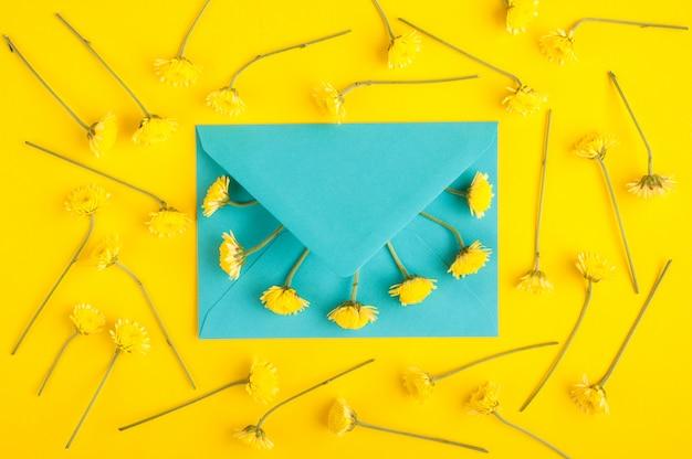 Cyaan envelop en chrysanthemum bloemen