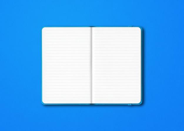 Cyaan open bekleed notitieboekjemodel dat op blauw wordt geïsoleerd