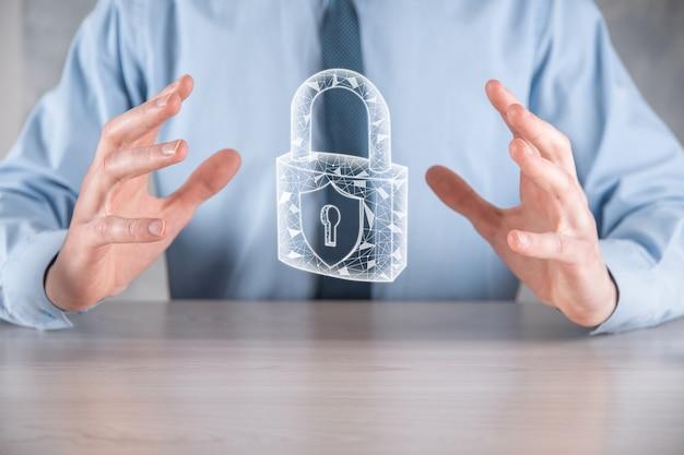 Cyber-beveiligingsnetwerk. hangslotpictogram en internettechnologie netwerken. zakenman die persoonlijke gegevensinformatie op tablet en virtuele interface beschermt. gegevensbescherming privacy concept. avg. eu.