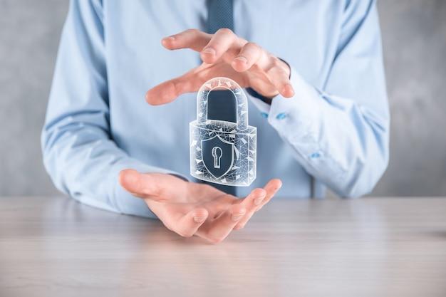 Cyber-beveiligingsnetwerk. hangslotpictogram en internettechnologie netwerken. zakenman die persoonlijke gegevensinformatie op tablet en virtuele interface beschermt.
