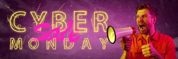 Cyber maandag, verkoop, aankopen concept. neon verlichte letters op verloop achtergrond. verbaasde man belt. negatieve ruimte. modern ontwerp. hedendaagse kunst. creatieve conceptuele en kleurrijke collage.