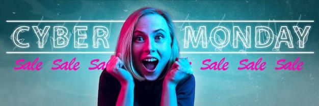 Cyber maandag verkoop aankopen concept neon verlichte letters op verloop achtergrond