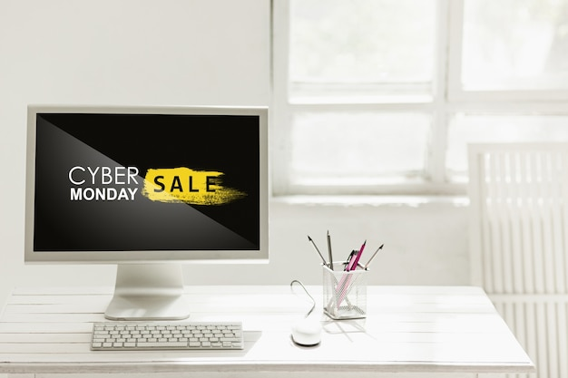 Cyber maandag verkoop concept met bureau en laptop