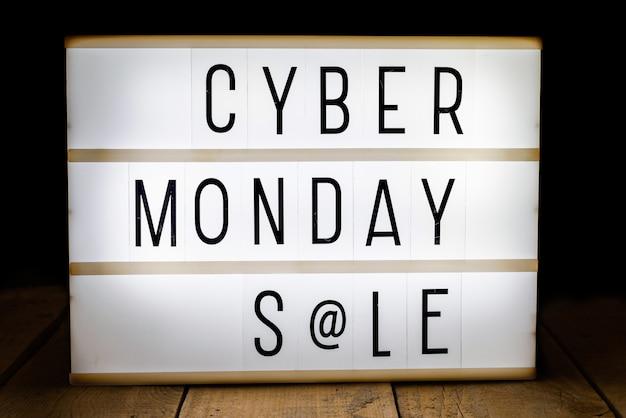 Cyber maandag verkoop geschreven op lichtbak