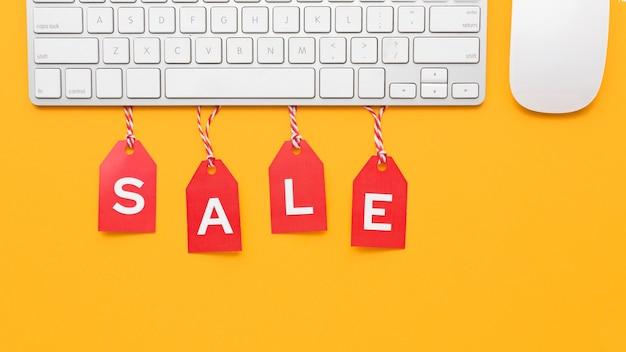 Cyber maandag verkoop rode labels concept en toetsenbord