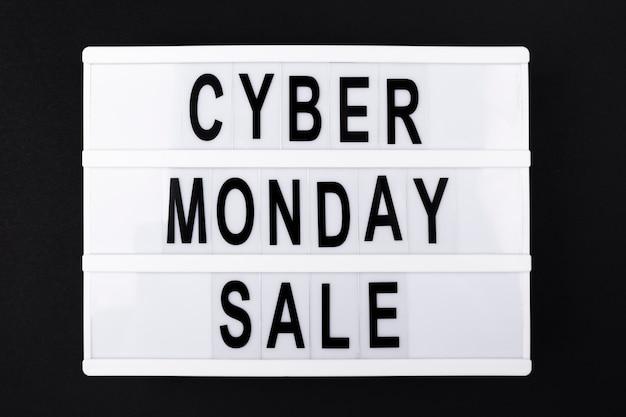 Cyber maandag verkoop tekst op lichtbak