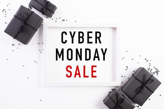 Cyber monday sale-tekst op witte fotolijst met zwarte geschenkdoos