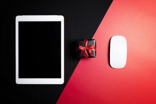 Cyber monday-uitverkoop met muis en geschenkdoos