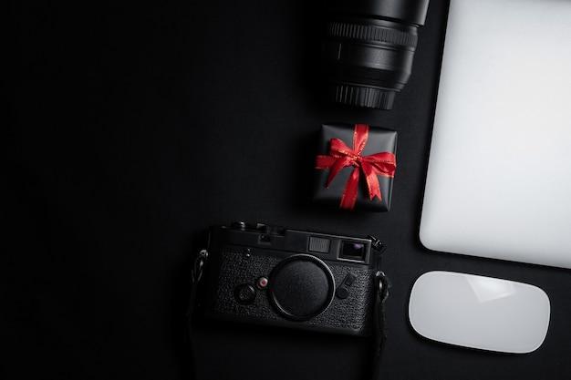Cyber monday-uitverkoop met muis, laptop en geschenkdoos