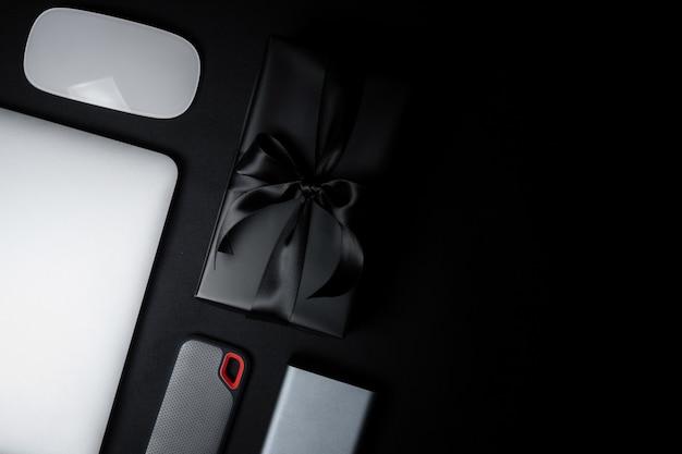 Cyber monday-uitverkoop met muis, laptop, harde schijf en geschenkdoos