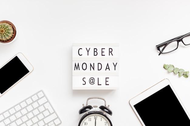 Cyber monday-verkooptekst op witte lightbox