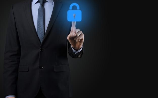 Cyberbeveiligingsnetwerk. hangslotpictogram en internettechnologienetwerken. zakenman die gegevens persoonlijke informatie op virtuele interface beschermt. gegevensbescherming privacy concept. avg. eu.