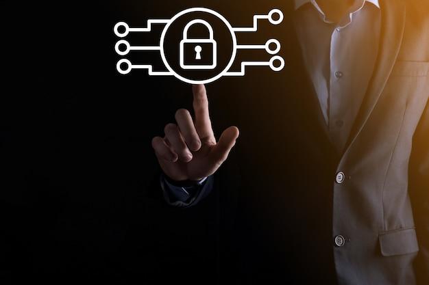 Cyberbeveiligingsnetwerk. hangslotpictogram en internettechnologienetwerken. zakenman die persoonlijke gegevensgegevens op tablet en virtuele interface beschermt. gegevensbescherming privacy concept. avg. eu