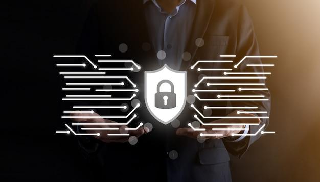 Cyberbeveiligingsnetwerk. hangslotpictogram en internettechnologienetwerken. zakenman die persoonlijke gegevensgegevens op tablet en virtuele interface beschermt. gegevensbescherming privacy concept. avg. eu.