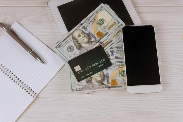 Cybermaandag met online winkelen en marketingverkoop met creditcard om op mobiele telefoon te kopen