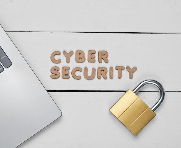Cybersecurity. laptop en slot op witte houten
