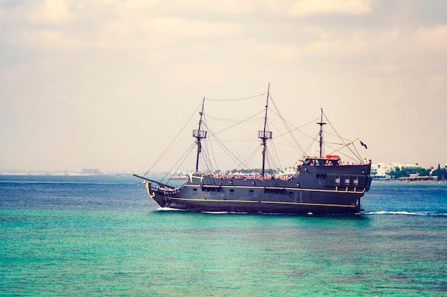Cyprus, ayia napa - 20 oktober 2018: toeristen drijven op het schip in de buurt van de meest populaire attractie - de bridge of love.