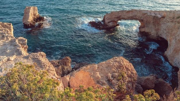 Cyprus. ayia napa. liefdesbrug. rock boog in de zee. de kaap greco. de schilderachtige kust van de middellandse zee. natuurlijke attracties van cyprus.