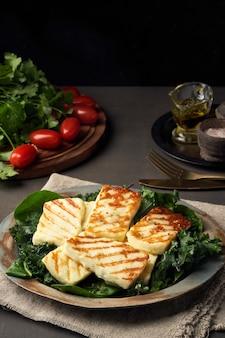 Cyprus gebraden halloumikaas met gezonde groene salade. lchf, pegan, fodmap, paleo