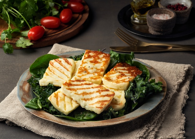 Cyprus gebraden halloumikaas met gezonde groene salade. lchf, pegan