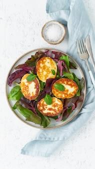 Cyprus gefrituurde halloumi met salademix, bietentoppen. lchf, pegan, fodmap