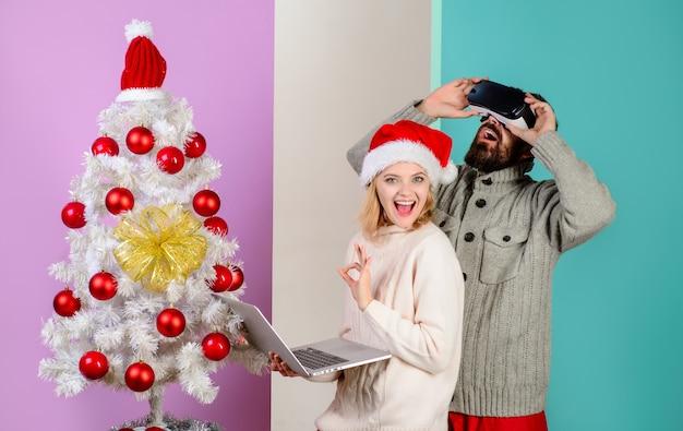 D technologie virtual reality entertainment vrouw in kerstmuts met laptop bebaarde man in virtuele d