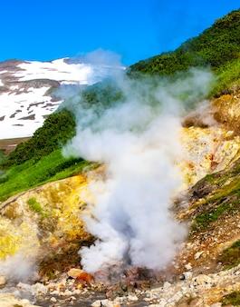 Dachniye warmwaterbronnen, geiser vallei in miniatuur in de buurt van mutnovsky vulkaan op het schiereiland kamtsjatka, rusland