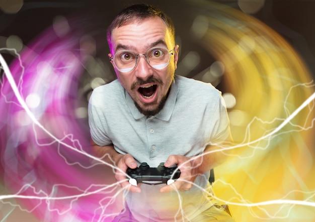 Dacht dat mannen geen hart hebben om naar ze te kijken terwijl ze aan het gamen zijn jonge man met een videogame
