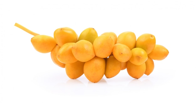 Dadelpalm vers fruit op witruimte