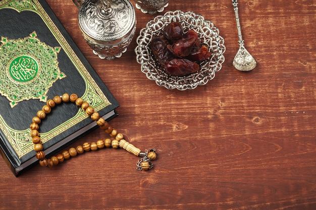 Dadelpruimen, koran en houten rozenkrans kralen voor moslims ramadan
