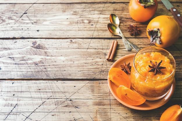 Dadelpruimfruit smoothie met kaneel en anijsplantsterren, de houten ruimte van het lijstexemplaar