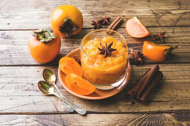 Dadelpruimfruit smoothie met kaneel en anijsplantsterren, houten lijst