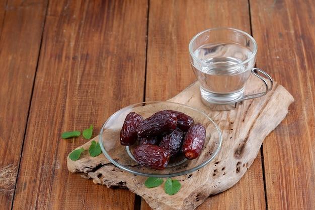 Dadels en glas water kopiëren ruimte iftar-voedselconcept