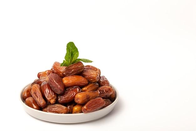 Dadels fruit, munt en kaneel voor ramadan