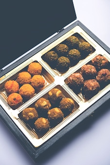 Dadels havermoutballen of droog fruit laddu in een bord met geschenkverpakking, selectieve focus